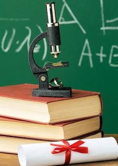 Vista frontal do microscópio na pilha de livros