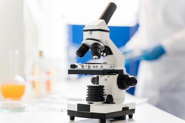 Vista frontal do microscópio no laboratório