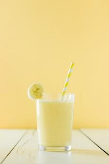 Vista frontal do milk-shake de banana com palha