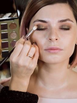 Vista frontal do modelo de maquiagem