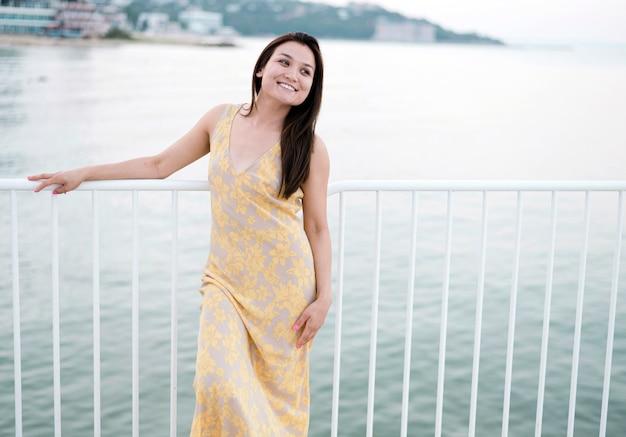 Vista frontal do modelo feminino jovem asiático