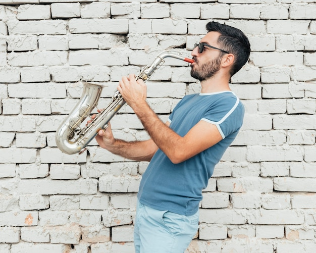 Vista frontal do músico tocando conceito de saxofone