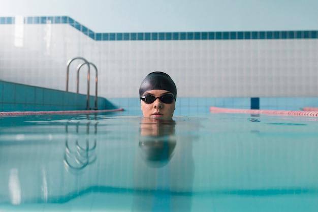 Vista frontal do nadador focado
