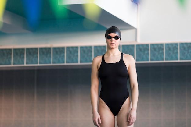 Vista frontal do nadador profissional