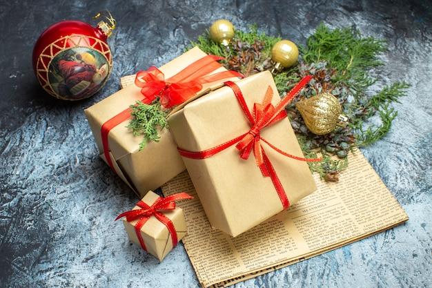 Vista frontal do natal presentes com brinquedos na foto claro-escuro do feriado cor do natal ano novo