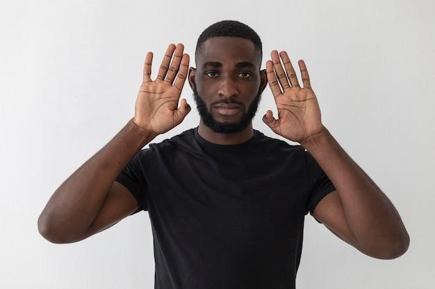 Vista frontal do negro americano mostrando as mãos