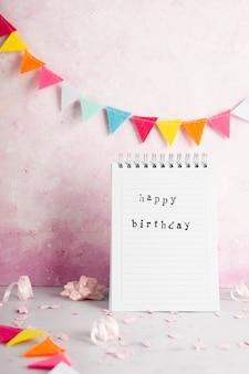 Vista frontal do notebook com mensagem de feliz aniversário