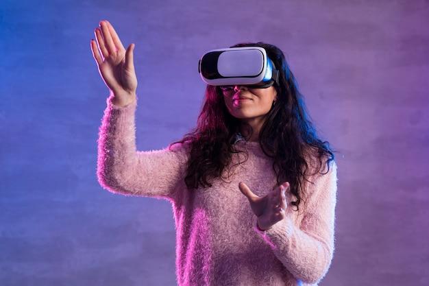 Vista frontal do novo fone de ouvido de realidade virtual de tecnologia