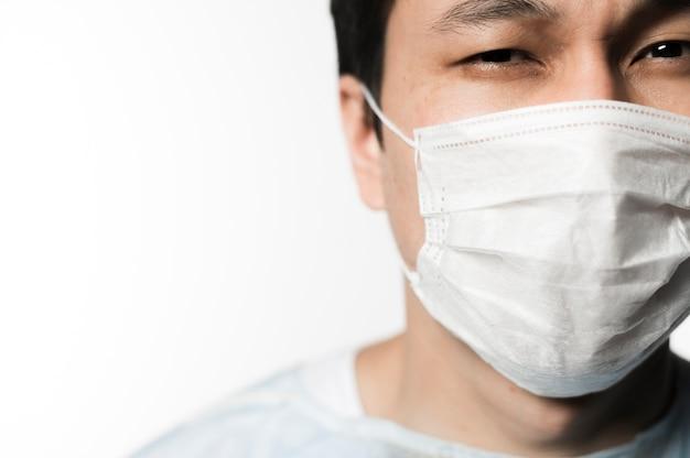 Vista frontal do paciente com máscara médica e cópia espaço