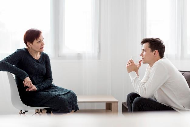 Vista frontal do paciente e psicólogo