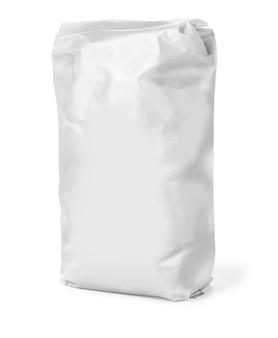 Vista frontal do pacote de saco de papel lanche em branco isolado no branco com traçado de recorte