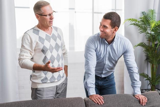 Vista frontal do pai e filho conversando