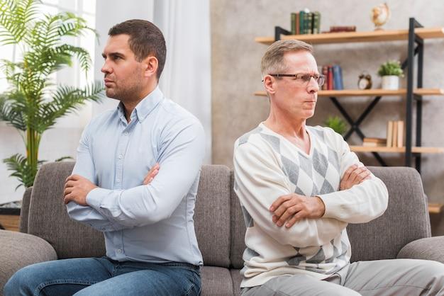 Vista frontal do pai e filho não conversando entre si