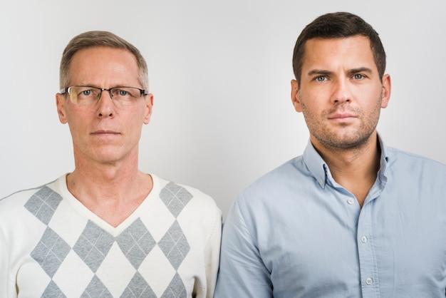 Vista frontal do pai e filho