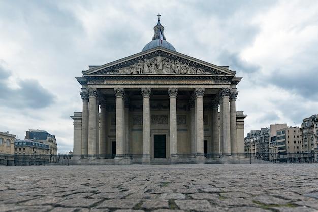 Vista frontal do panteão da cidade de paris