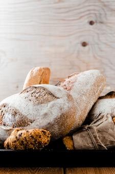 Vista frontal do pão e croissant em uma bandeja