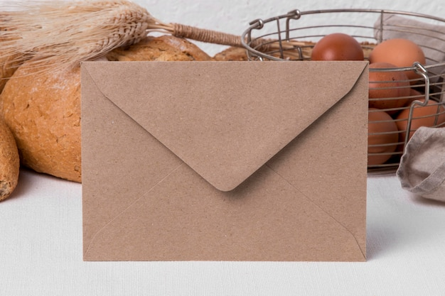 Vista frontal do pão fresco com ovos e envelopes