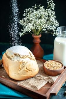 Vista frontal do pão fresco com ovos e leite em azul-escuro bolo de café da manhã torta chá açúcar pão biscoito massa assar