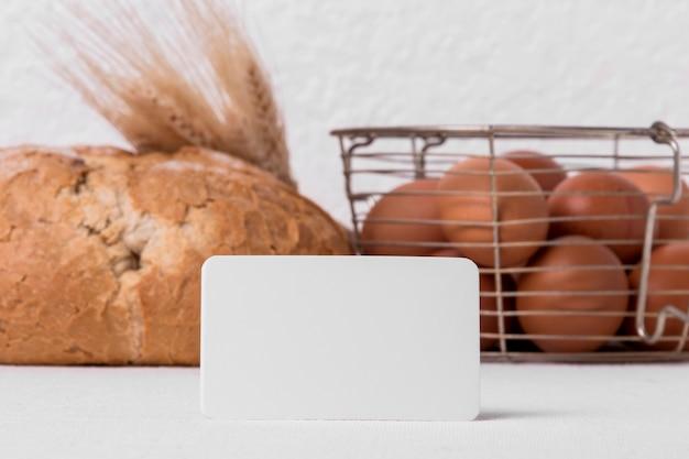 Vista frontal do pão fresco com ovos e rótulo em branco