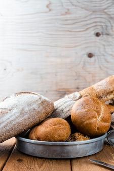Vista frontal do pão na bandeja na mesa de madeira