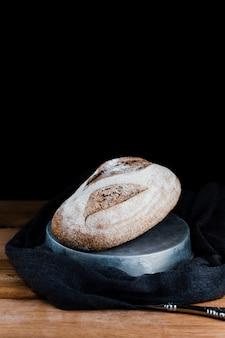 Vista frontal do pão na mesa de madeira