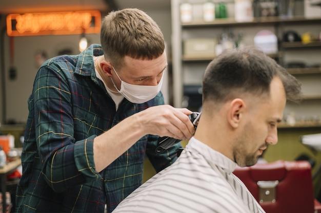 Vista frontal do penteado, dando um corte de cabelo