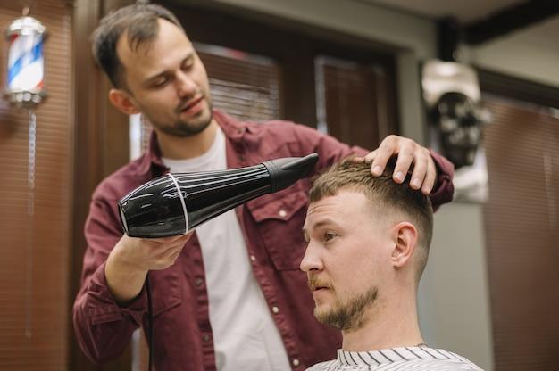 Vista frontal do penteado usando o secador de cabelo