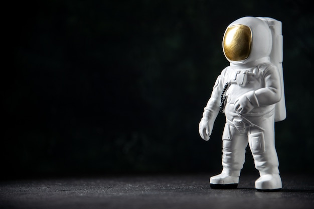 Vista frontal do pequeno brinquedo do astronauta em preto