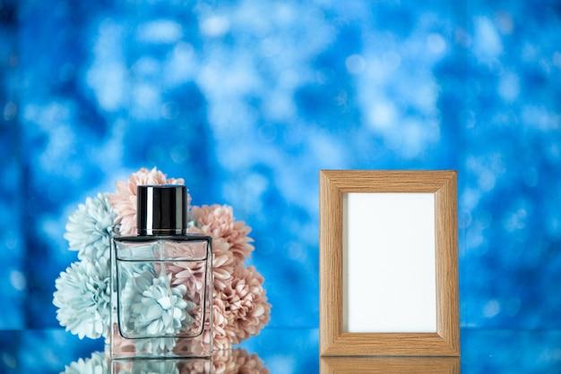 Vista frontal do perfume feminino marrom claro moldura flores isoladas em fundo azul claro