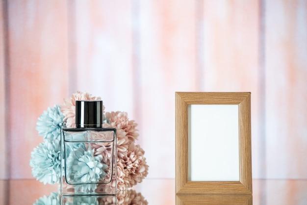 Vista frontal do perfume feminino marrom claro moldura flores no fundo desfocado de madeira