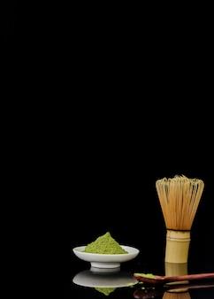 Vista frontal do pó de chá matcha com espaço de cópia