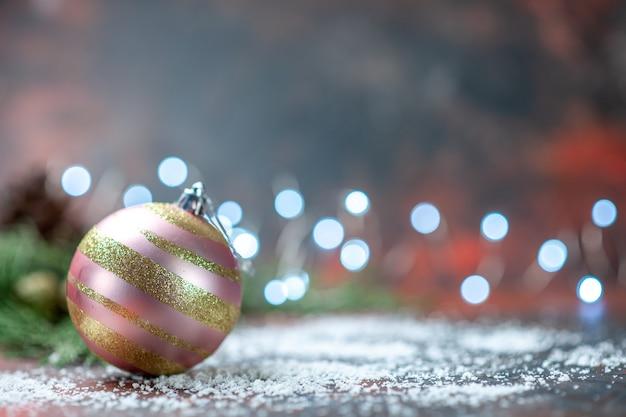 Vista frontal do pó de coco da bola da árvore de natal no espaço escuro