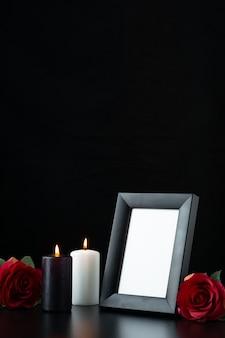 Vista frontal do porta-retratos com rosa vermelha em preto