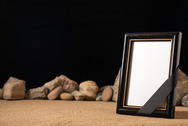 Vista frontal do porta-retratos vazio com diferentes pedras em preto