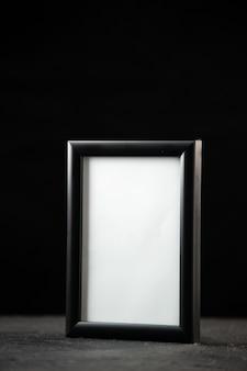 Vista frontal do porta-retratos vazio no escuro