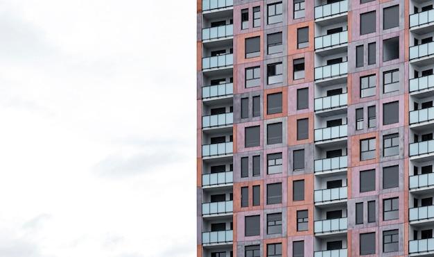 Vista frontal do prédio arquitetônico de apartamentos na cidade com espaço de cópia