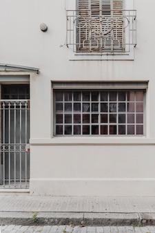 Vista frontal do prédio da cidade com janela