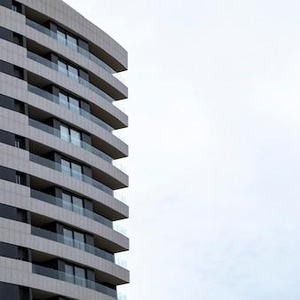 Vista frontal do prédio de apartamentos na cidade com espaço de cópia