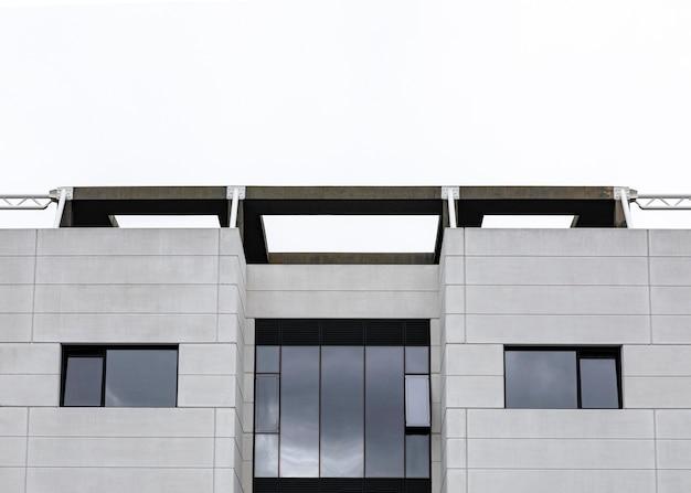 Vista frontal do prédio de apartamentos na cidade