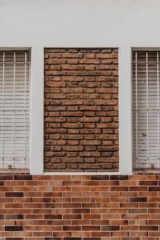 Vista frontal do prédio de tijolos na cidade