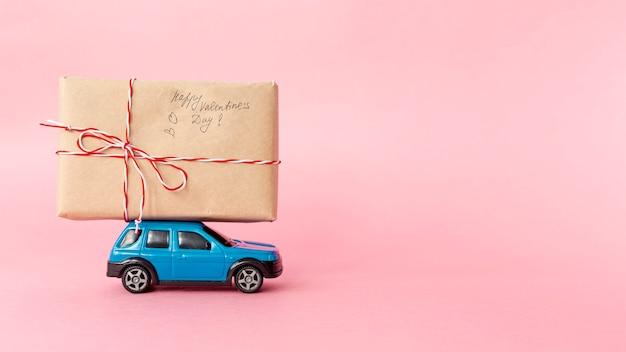 Vista frontal do presente no carro com espaço de cópia para dia dos namorados