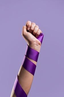 Vista frontal do punho de uma mulher com fita