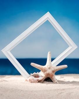 Vista frontal do quadro na praia com concha do mar e estrela do mar