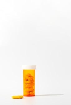 Vista frontal do recipiente de plástico com espaço para comprimidos e cópia
