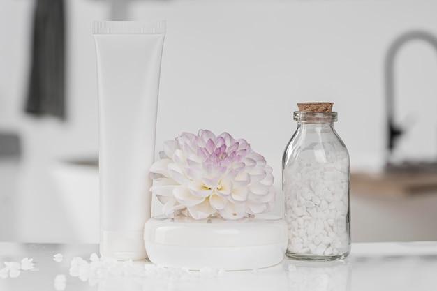Vista frontal do recipiente vazio do produto cosmético