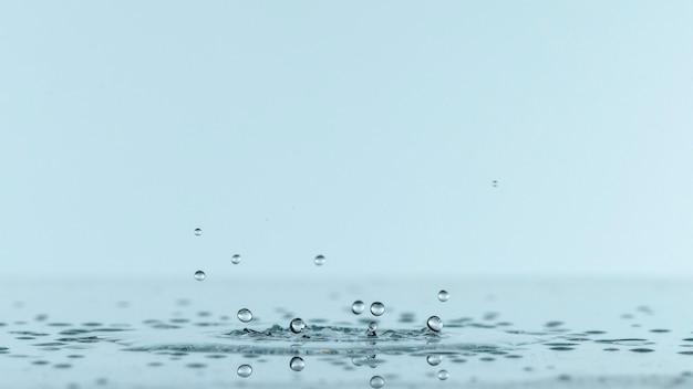 Vista frontal do respingo de líquido com espaço de cópia
