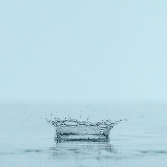 Vista frontal do respingo de líquido transparente