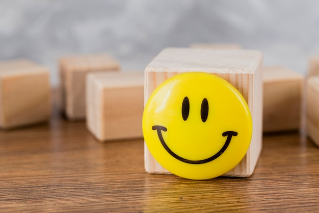 Vista frontal do rosto sorridente em um bloco de madeira
