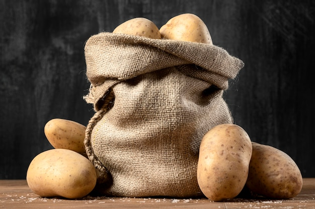 Vista frontal do saco de aniagem com batatas