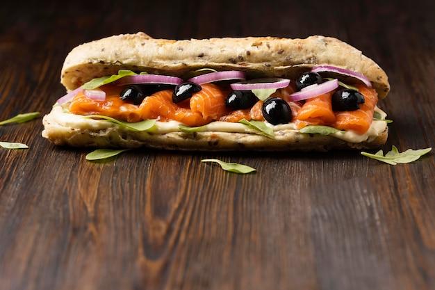 Vista frontal do sanduíche de salmão com azeitonas e espaço de cópia